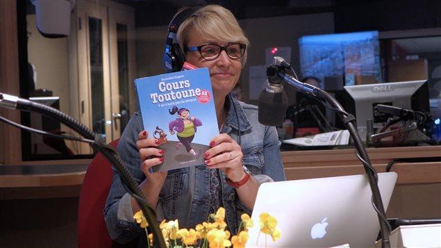 Sylvie Bernier présente le livre Cours Toutoune de Geneviève Gagnon.