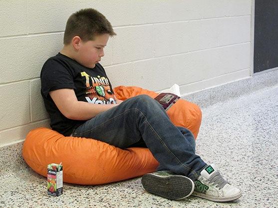 Tyler Sahguj lit à l'école.