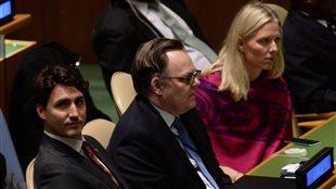 Le premier minsitre, Justin Trudeau, et la ministre de l'Environnement, Catherine McKenna, assistent à la cérémonie de signature de l'accord de Paris sur le climat au siège de l'ONU à New York.