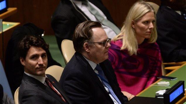 Le premier ministre Justin Trudeau et la ministre de l'Environnement Catherine McKenna assistent à la cérémonie de signature de l'accord de Paris sur le climat, au siège de l'ONU, à New York.