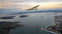 Le Solar Impulse 2 survolant la baie de San Francisco