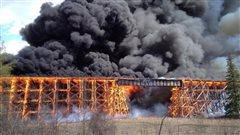 Un pont ferroviaire en feu à Mayerthorpe