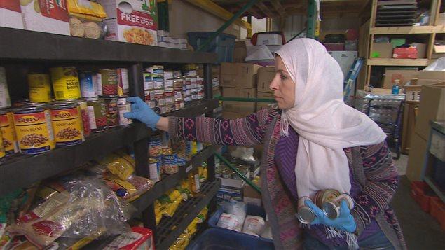 Une bénévole de la banque alimentaire musulmane à Surrey