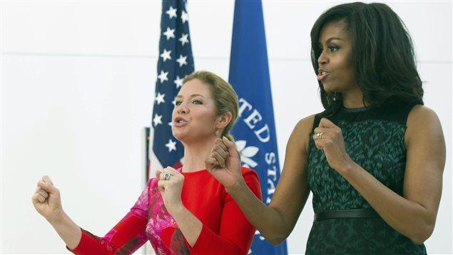 Sophie Grégoire et Michelle Obama chantent à l'Institut de la Paix à Washington le 10 mars 2016.