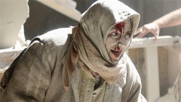 Une femme blessée suite à une frappe aérienne dans la ville d'Alep, en Syrie