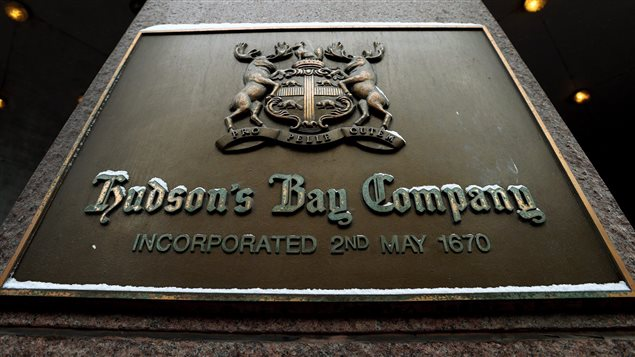 Une enseigne du magasin porte-étendard de la Compagnie de la Baie d'Hudson à Toronto