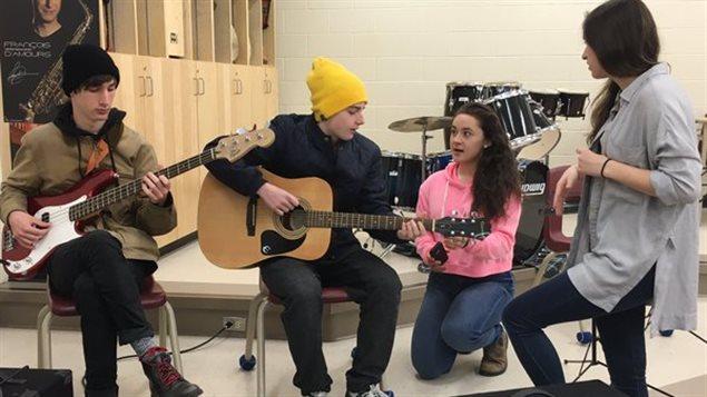 Des élèves de l'École secondaire Toronto Ouest répètent leur numéro musical.