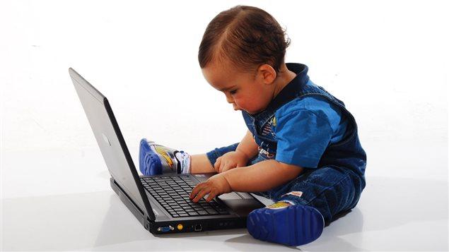 Un bambin devant un ordinateur