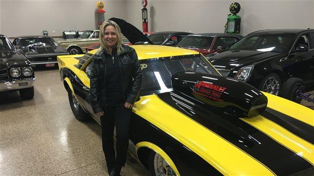 Lynn Cormier, passionn�e de voitures, devant son bolide.