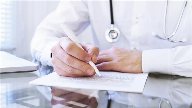 Un médecin écrit.