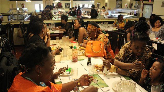 Les mères ont invité leurs filles à un repas à la fête des filles 2015