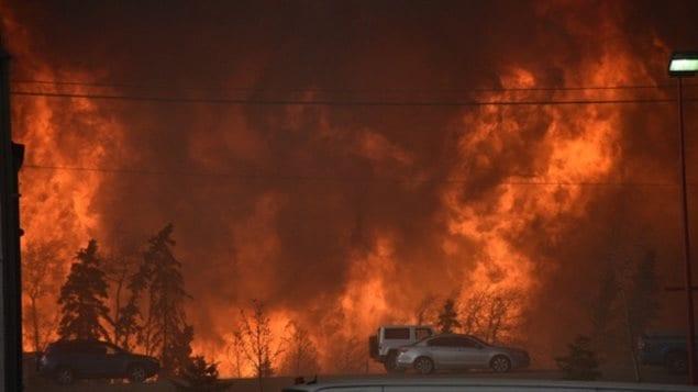 حريق غابات اليوم بمحاذاة الطريق السريع رقم 63 عند المدخل الجنوبي لمدينة فورت ماكموري في شمال شرق مقاطعة ألبرتا في غرب كندا.