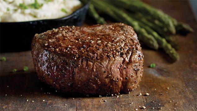 Un morceau de viande de bœuf grille de chez Earls Kitchen   Bar