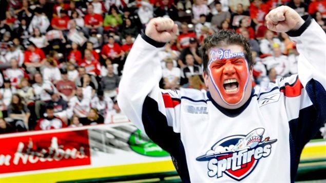 Un partisan de l'équipe de hockey des Sptifires de Windsor