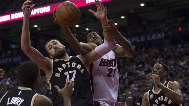 Hoy será el segundo juego de la serie entre los Raptors de Toronto y los Heat de Miami, en la NBA. Aunque el quinteto canadiense perdió el primer encuentro en prolongación (102-96) el partido promete. Durante la sesión regular, los Raptors ganaron tres de los cuatro juegos disputados entre ambos.