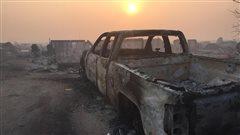 Un camion calciné après le passage d'un feu à Fort McMurray.