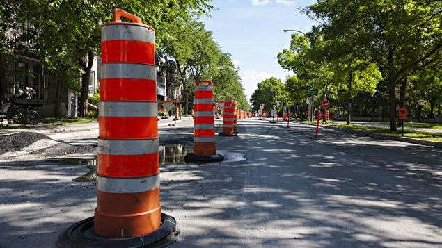 Des cônes orange sur un chantier routier, à Montréal