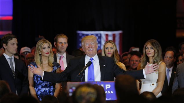 Donald Trump rodeado por su familia despues de su victoria en Indiana.