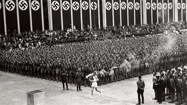 La torche olympique arrive au Stade olympique de Berlin le 1er août 1936.