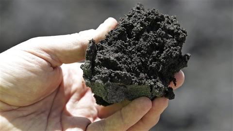 Le bitume représente environ 6 à 12 % de la composition des sables bitumineux exploités à Fort McMurray, en Alberta.