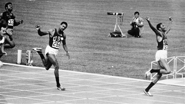 Tommie Smith remporte la finale du 200 m aux Jeux olympiques de Mexico en 1968.