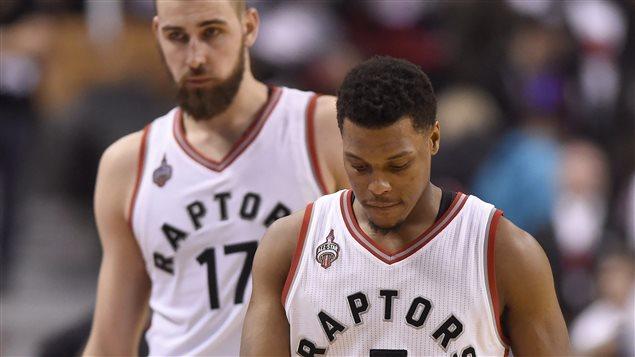 Kyle Lowry y Jonas Valanciunas con caras largas, luego de la derrota en el primer juego contra los Heat, en la segunda ronda de las series finales de la NBA.