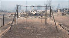 Un terrain de jeux détruit par les flammes à Fort McMurray.