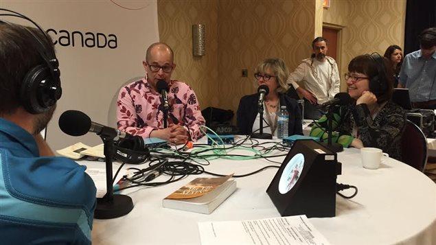 Le poète Éric Charlebois répond à une question de l'animateur Éric Robitaille pendant une entrevue au 7e Salon du livre du Grand Sudbury. À leur droite, les auteures Suzanne Aubry et Mireille Messier.