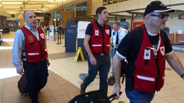 Des bénévoles de la Croix-Rouge à l'aéroport de Moncton