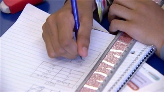 Un élève qui fait ses devoirs