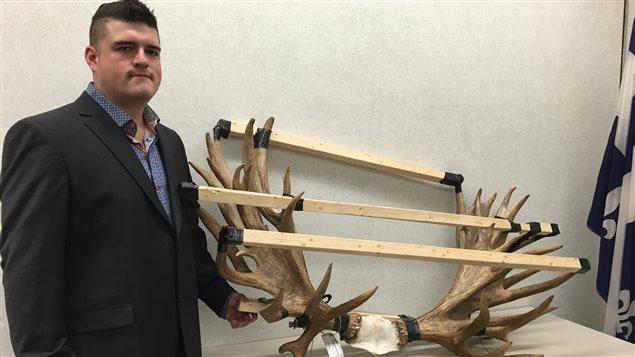 Jérémy Boileau prend une photo pour la première fois avec le panache, au palais de justice de Québec.