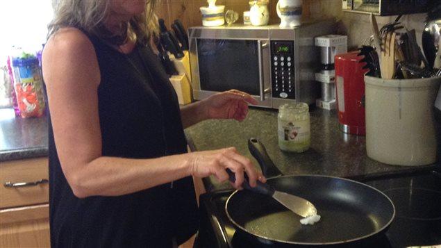 Faire fondre l'huile de coco dans la poêle