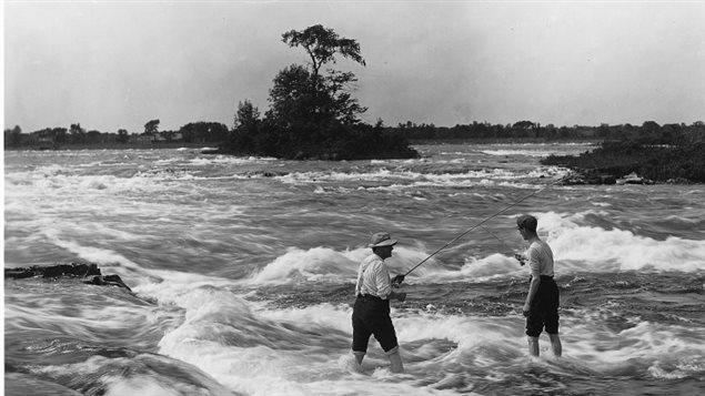 Pêche dans les rapides de Lachine, 1901