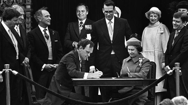 Le Canada signait le rapatriement de la Constitution canadienne le 17 avril 1982, sous les yeux de la reine Elizabeth II.