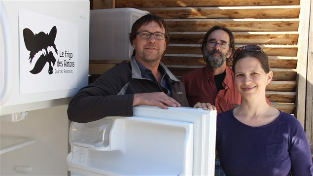 Patrick Bodnar, Yves Parent et Anne-Marie Coron devant le frigo communautaire de leur ruelle qui cherche un nouveau preneur.