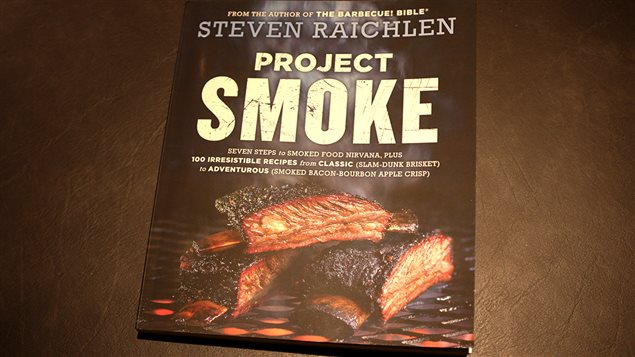 Le livre <em>Project Smoke</em> de Steven Raichlen, édité seulement en anglais pour l'instant