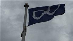 Le drapeau métis dans le vent.