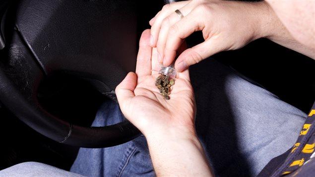 Drogue dans les mains d'un automobiliste