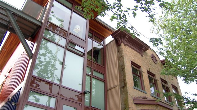 Un complexe d'habitations pour personnes à faible revenu construit à l'aide de conteneurs dans le quartier Downtown Eastside de Vancouver en 2013.