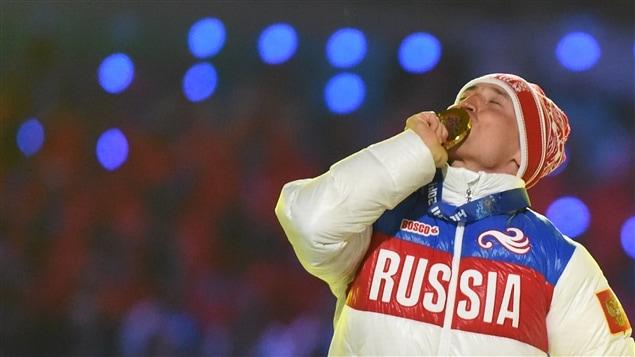 Alexander Legkov embrasse sa médaille d'or remportée au 50 km de ski de fond aux Jeux olympiques de Sotchi.