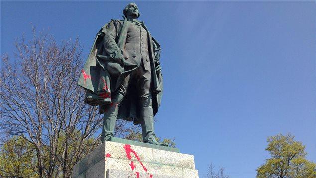 Estatua de Edward Cornwallis en el centro de Halifax. La pintura roja fue lanzada en rechazo a ese monumento.