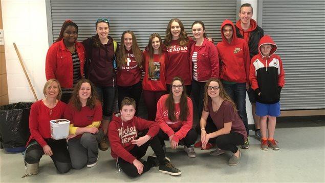 Les élèves de la 8e à la 12e année du pavillon secondaire Gustave Dubois de l'École canadienne-française de Saskatoon sont vêtus de rouge pour une collecte de fonds au profit de la Croix-Rouge canadienne.