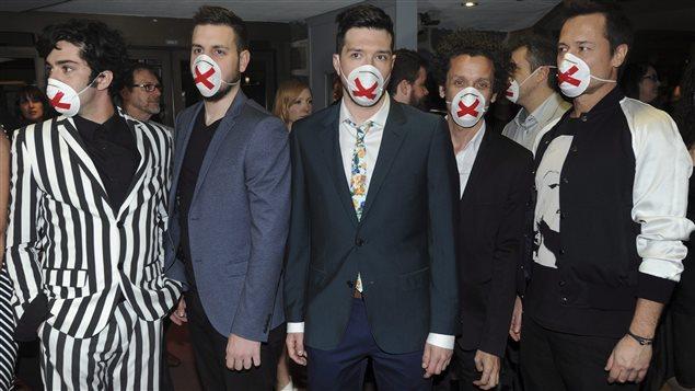 Des humoristes portent des masques en guise de protestation contre la censure d'un numéro au Gala Les Olivier.