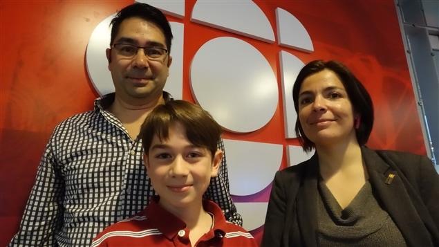 Manuel Roy-Boisvert est accompagné de son père Jean Sébastien Roy et de Margarida Romero, professeure adjointe en technologie éducative, à la Faculté des Sciences de l'éducation de l'Université Laval