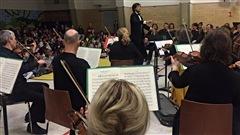 Dirigés par Nicolas Ellis, 40 musiciens de l'OSQ offrent un mini-concert à 230 élèves de l'école Marguerite-Bourgeoys
