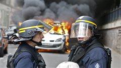 Une voiture de police a été incendiée lors d'une manifestation contre la violence policière et un projet de loi relatif au code du travail.