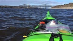 Martine est en kayak ce matin sur le fleuve en compagnie de Jonathan Chabot, moniteur pour Formation Kayak Québec.