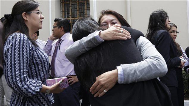 Empleados del ministerio de Relaciones Exteriores de Ecuador en Quito, evacuaron su lugar de trabajo.