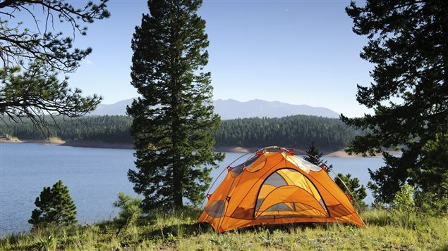 Une tente en bordure d'un lac