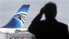 Un passager observe un appareil d'EgyptAir sur le tarmac de l'aéroport Paris-Charles-de-Gaulle.